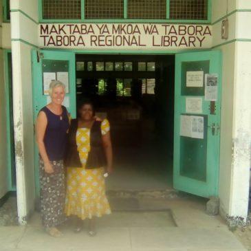 Bibliotheekbezoek in Tabora